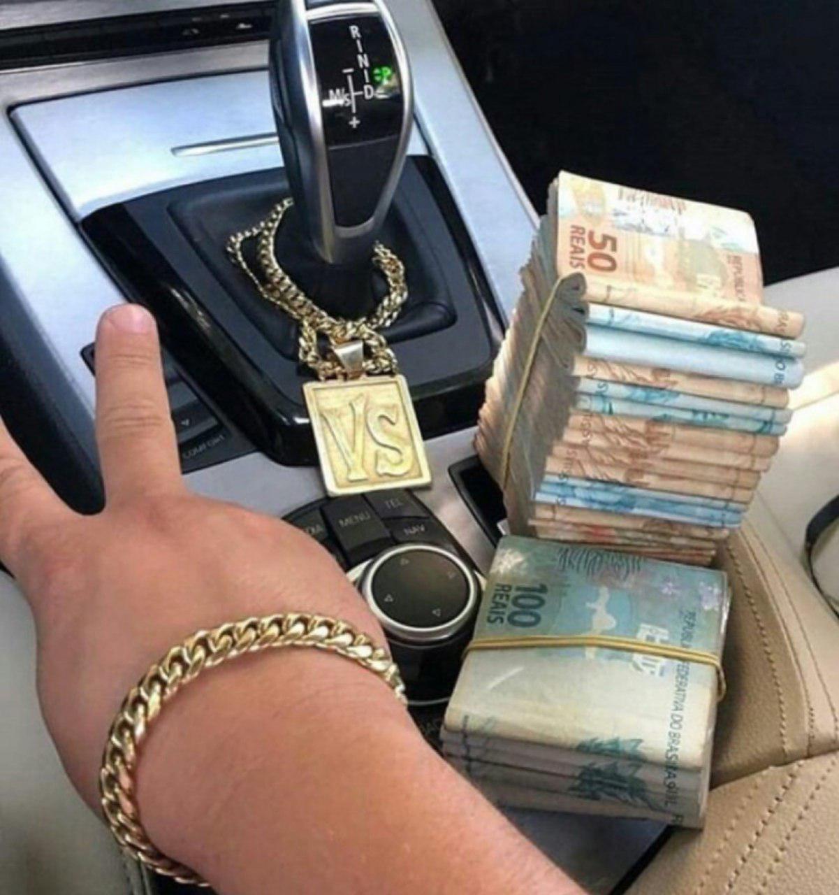 از این شرایط فقط یه کِش پولشو دارم         دروغ گفتم حتی اون کش پول رو هم ندارم avahasti