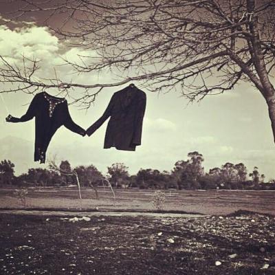 ما دو پیراهن بودیم بر یک بند یکی را باد برد دیگری را باران هر روز خیس میکند یااسین